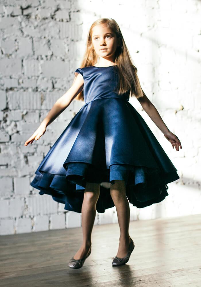 тено-синее нарядное платье воланами на девочку атласное