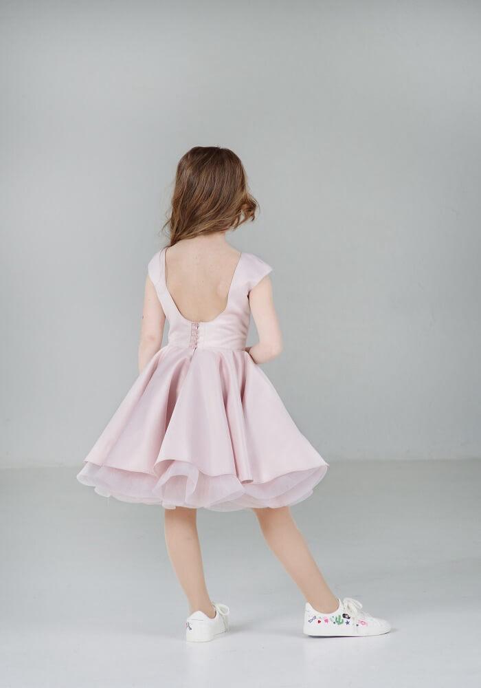Светло-розовое платье на девочку пышное