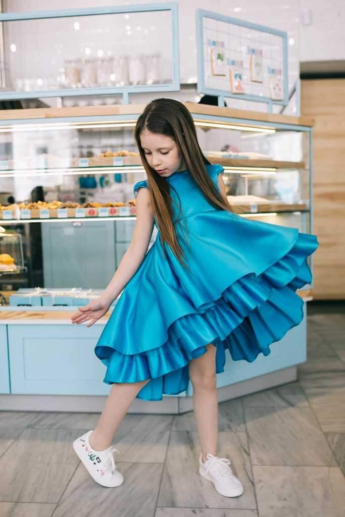 Красивое нарядное платье для девочки синего цвета