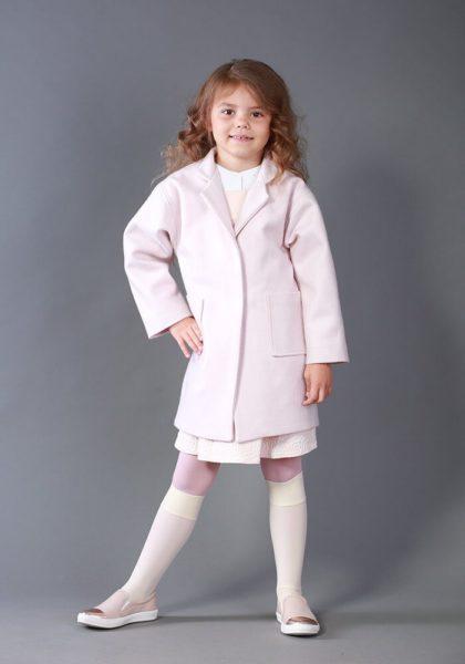 Светло розовое пальто на девочку