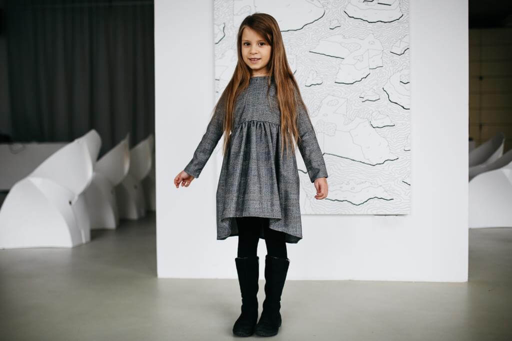 Дизайнерское плаье на девочку серого цвета