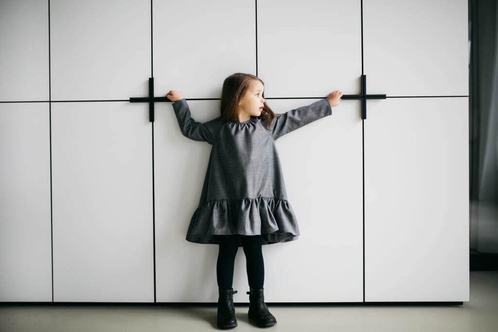 Темно серое платье на девочку
