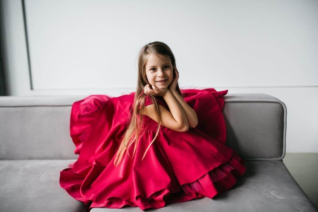 Красивое нарядное платье малинового цвета на девочку