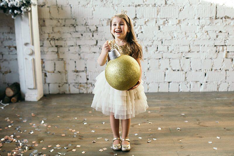 Очаровательное платье на девочку с золотистыми паетками Malyna