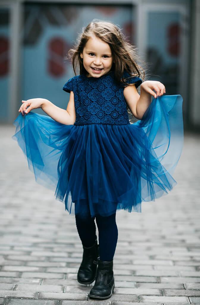 Синее платье на маленькую девочку