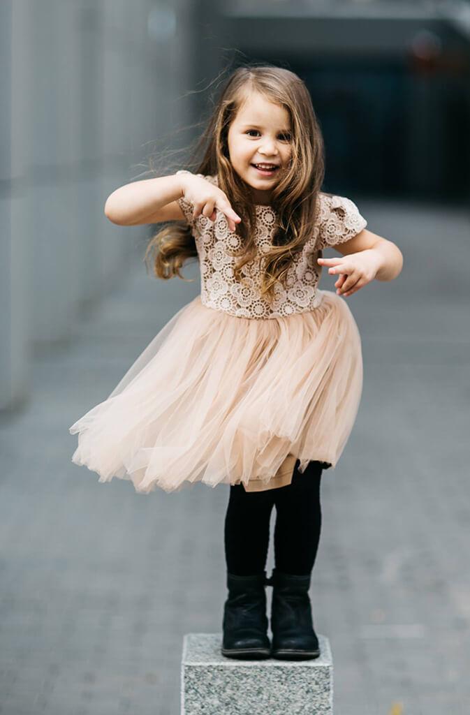 Очаровательное бежевое платье на девочку