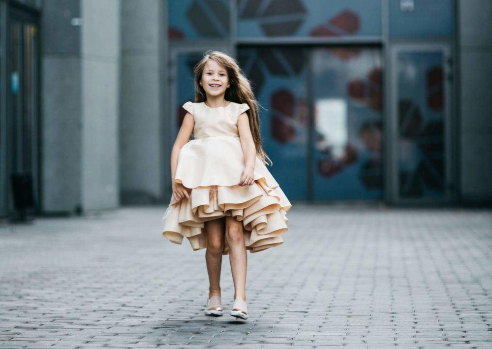 Очаровательное платье на девочку нарядное золотого цвета