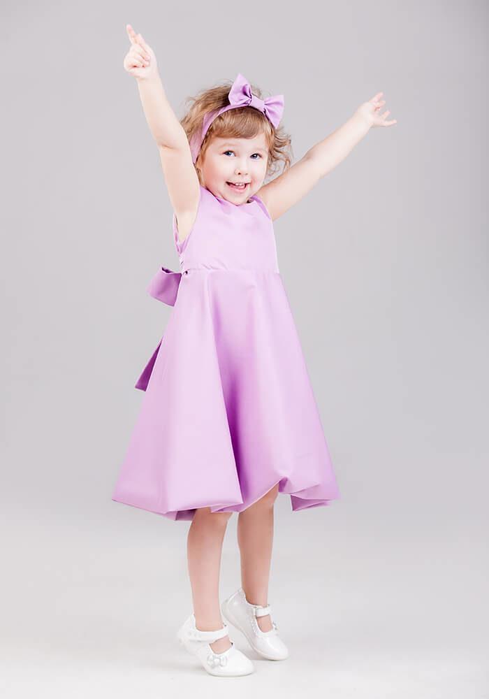Фіолетове платтячко дівчинці