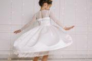 Нарядне біле плаття дівчинці
