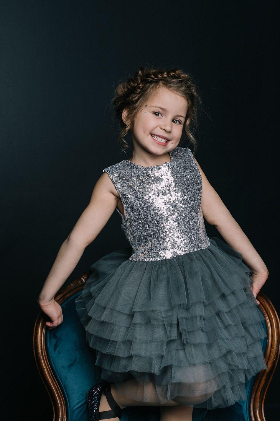 Праздничное серебристое платье девочке