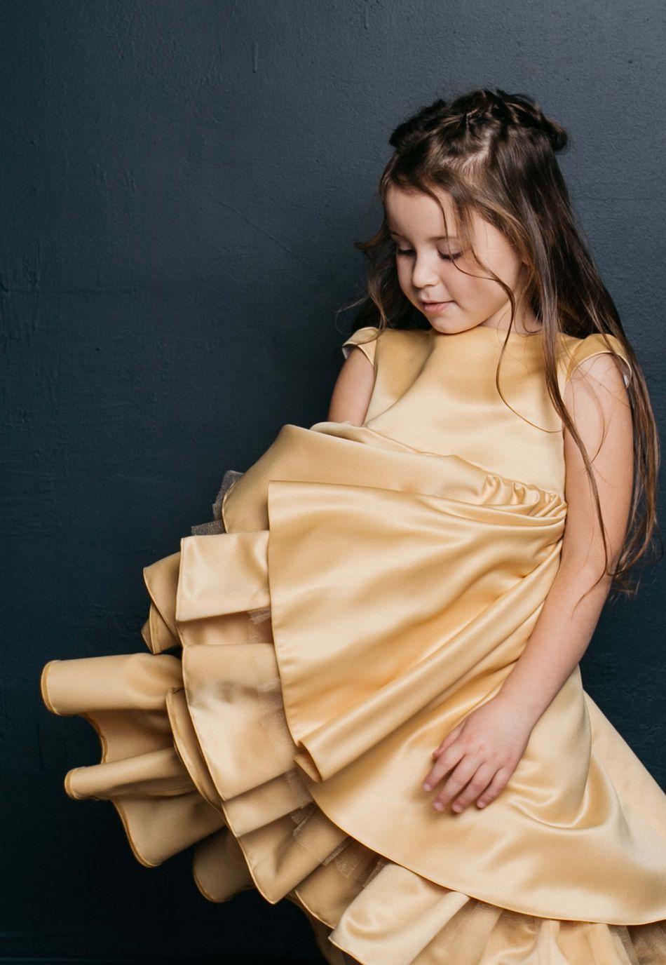 Нарядное платье на девочку золотое пышное