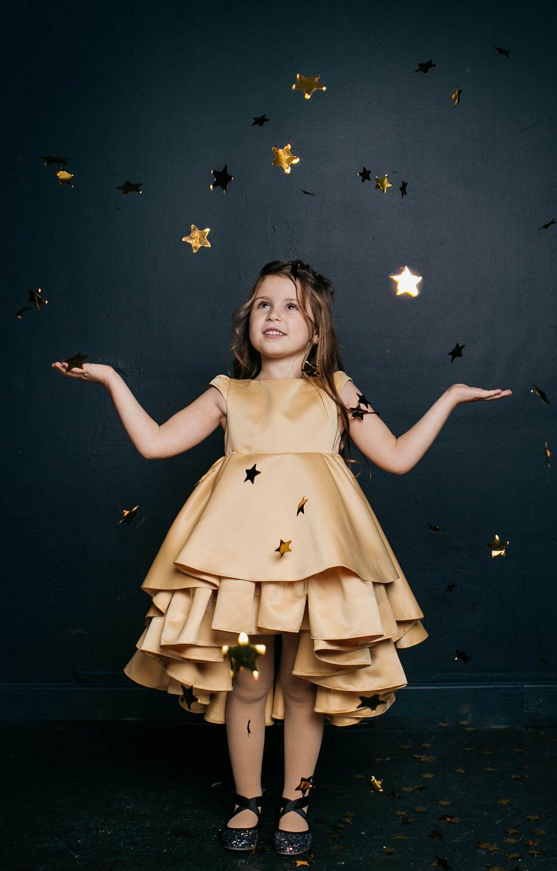 Атласное платье на девочку золотистое