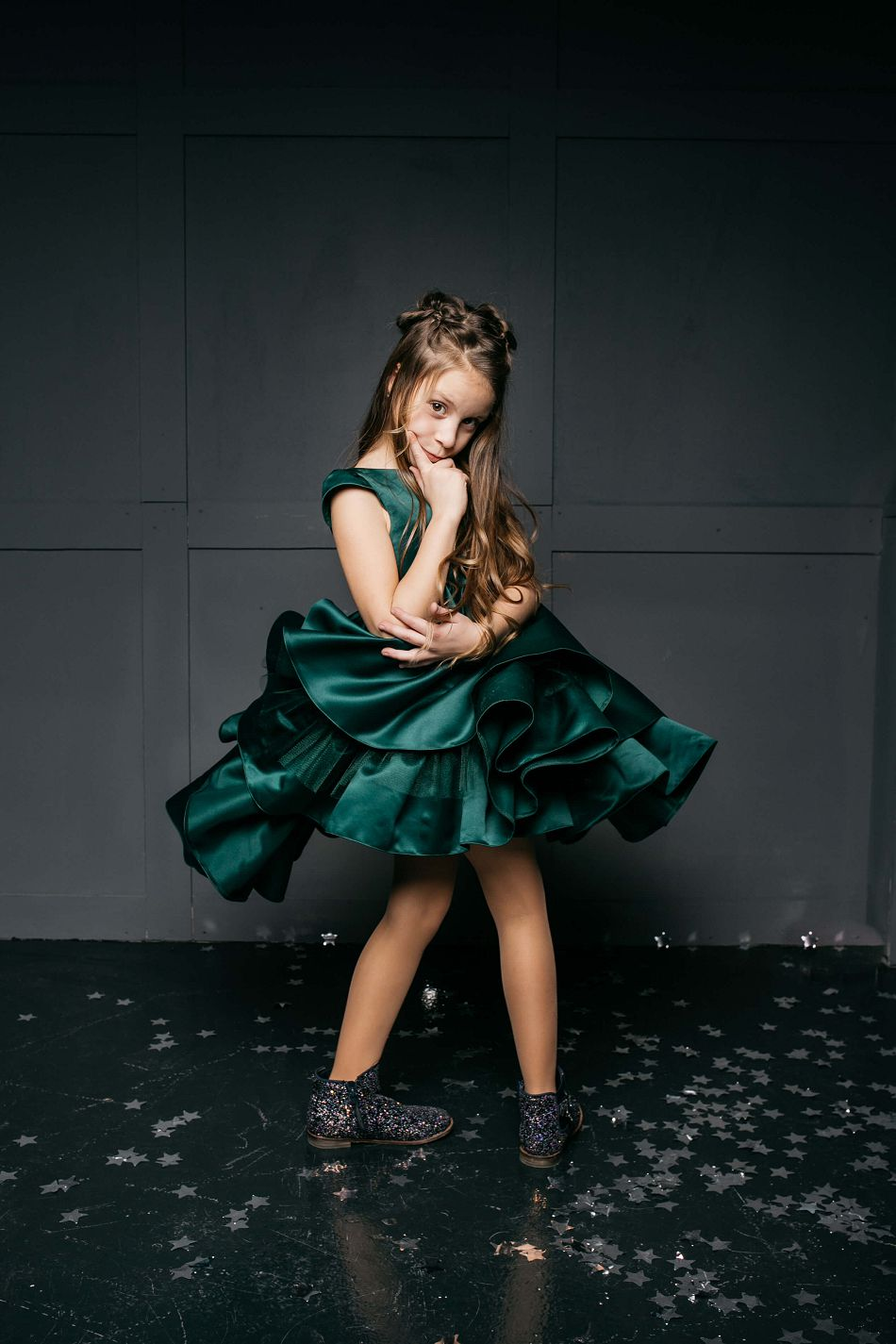 стильна темно зелена сукня на дівчинку