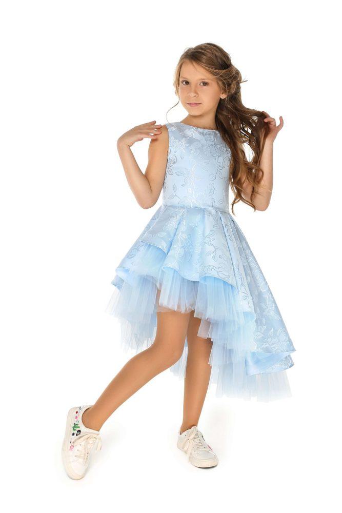 Светло-голубое нарядное платье на девочку