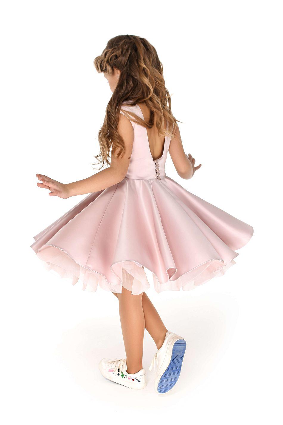 красивое пышное платье нежного цвета на девочку