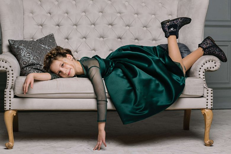 Нарядное зеленое платье на девочку