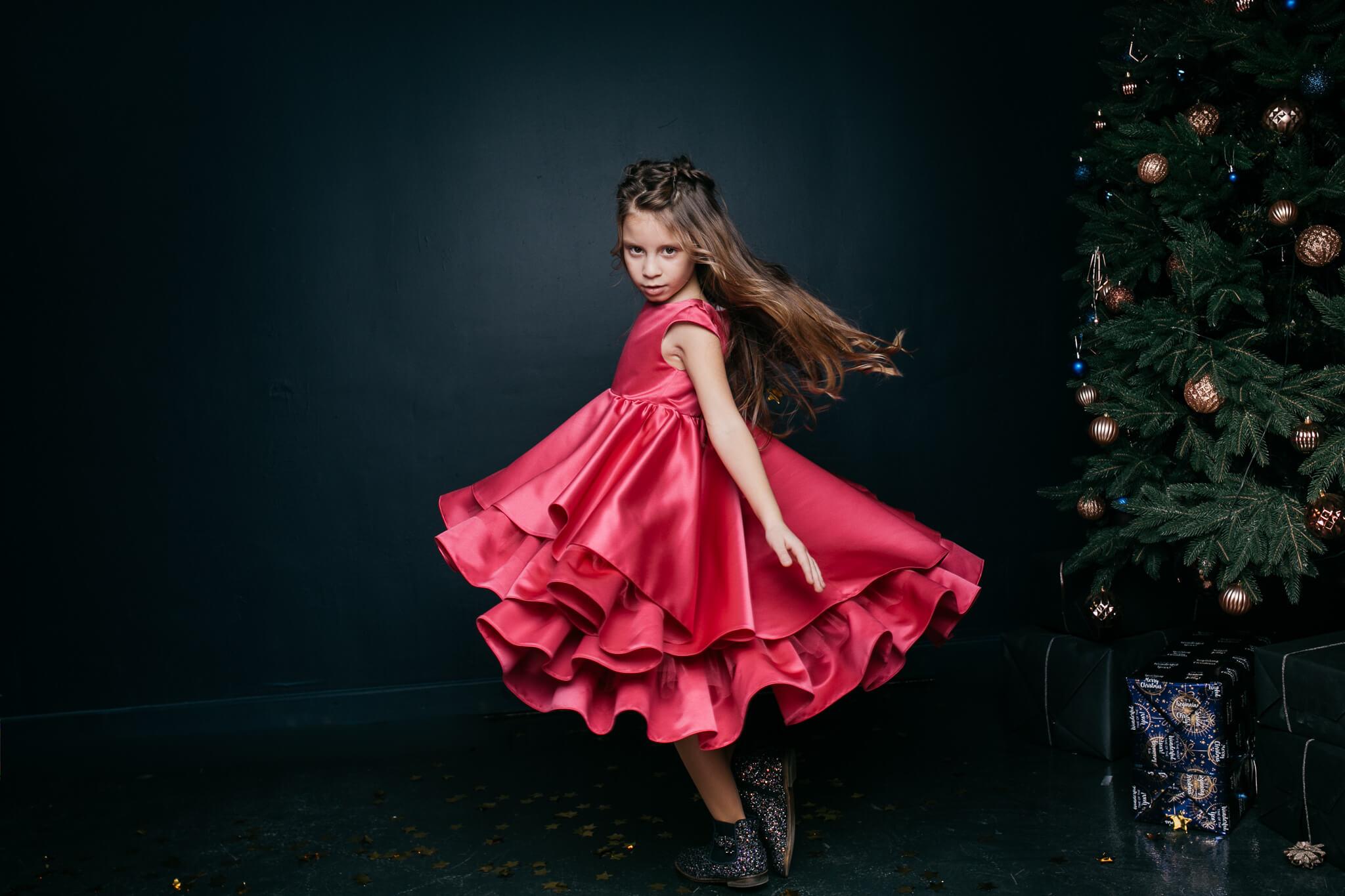 Малиновое красивое платье девочке