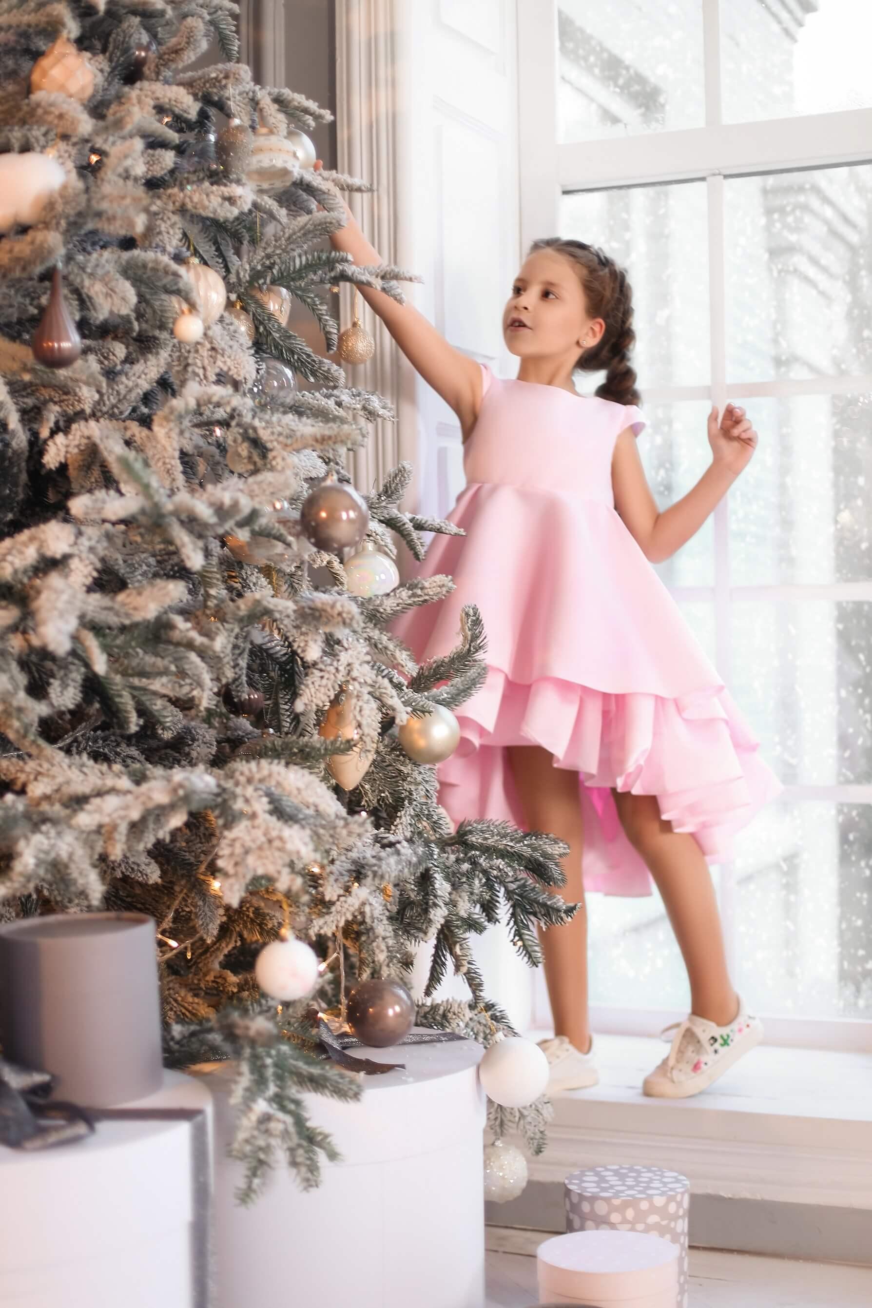 Розовое нарядное платье на девочку