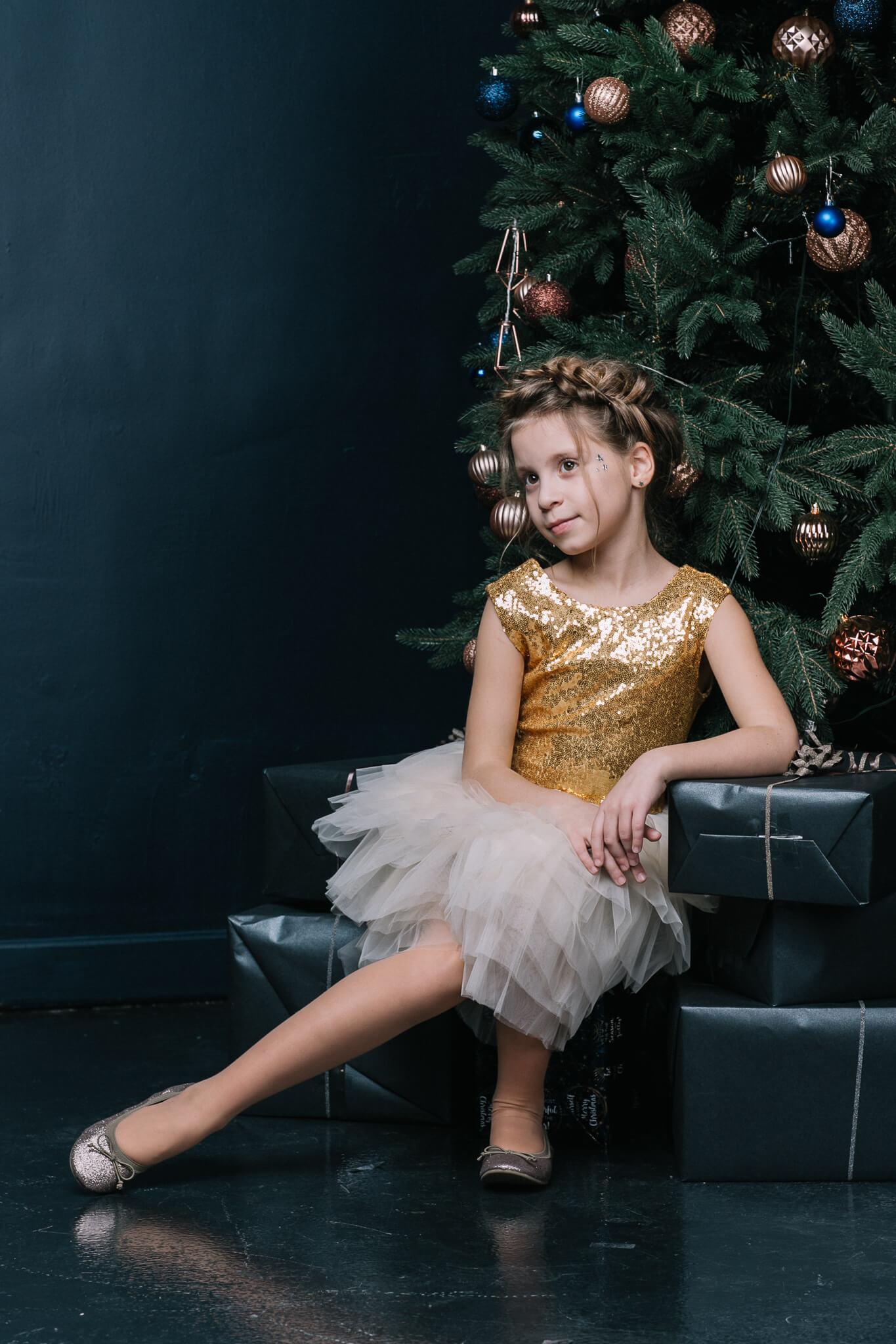 Нарядное платье на девочку с паетками золотыми