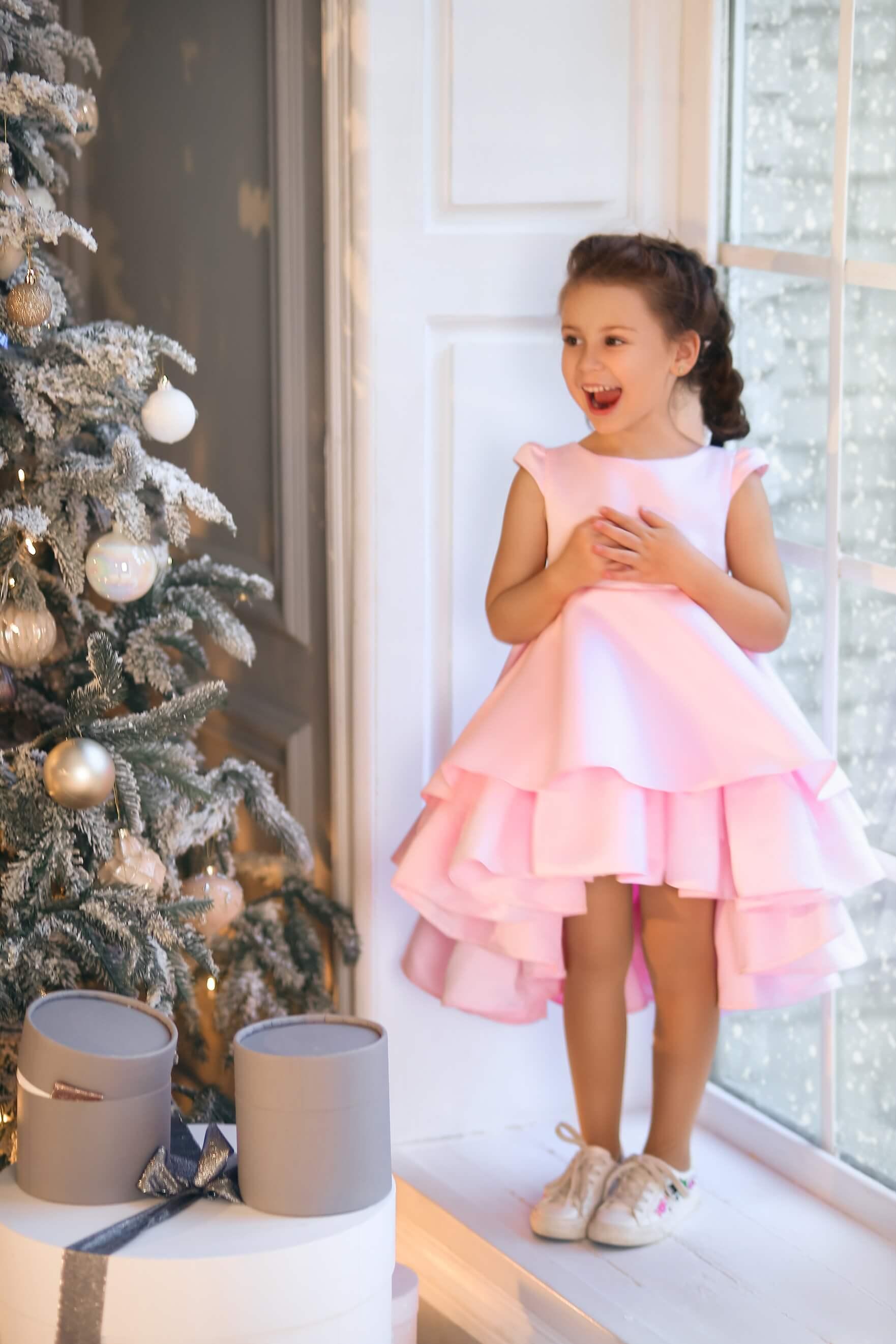 Очаровательное розовое атласное платье на девочку
