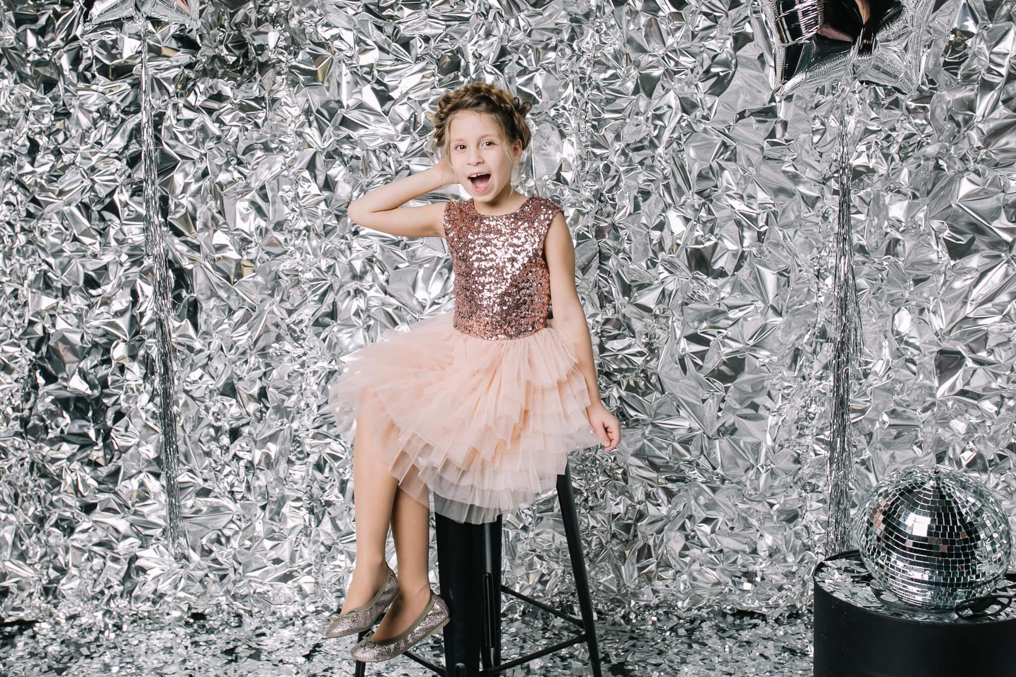 Платье с бежевыми паетками на девочку