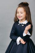 Стильний аксесуар до шкільної форми - брошка синього кольору з банктиками