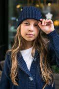 синя шапка на дівчинку